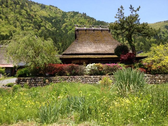 京都府の真ん中に位置し、山々に囲まれたかやぶき屋根と自然の景観が美しい南丹市美山町。