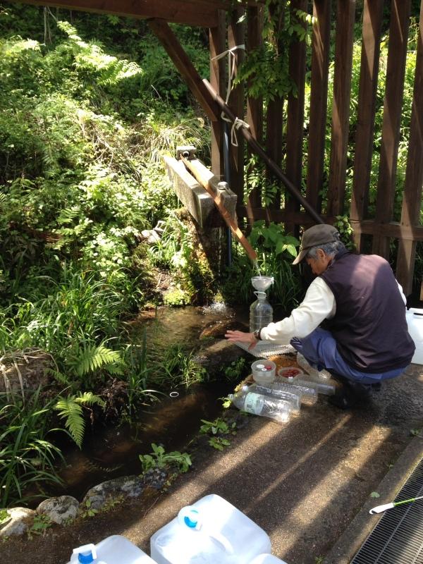 美山の名水をいただく。飲料メーカーの『美山名水』前の無料の水汲み場。おじさん曰く、色々出掛けたが、ここの水が1番美味しい、と
