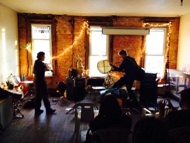 こちらは4月のフィラデルフィアのコンサートにてGeb the Great Cackler。自転車屋さんの二階で演奏。