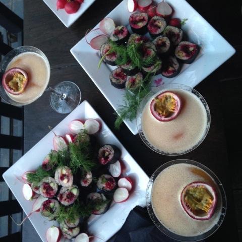 リンゴ酢とメープルシロップと玄米のすし飯と季節の野菜を使った特性お寿司はビーガン、ベジタリアン、魚と3種類を提供している。