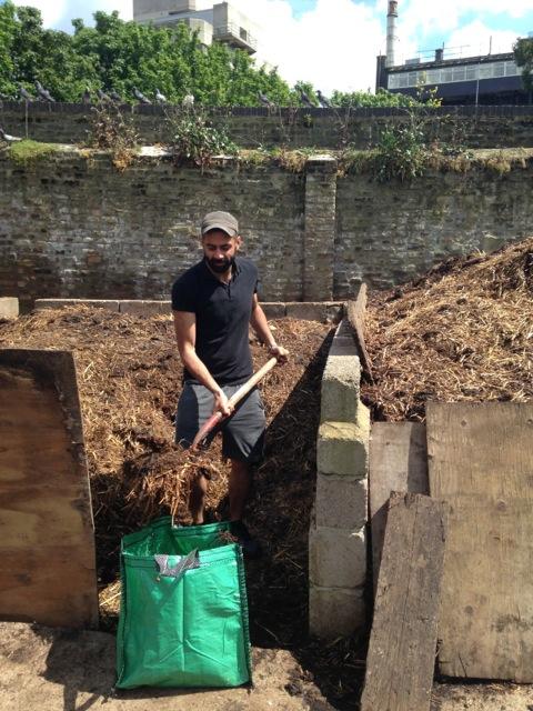友人のムニエくんに頼んで近所のハックニーファームから堆肥になる動物の糞を頂く。
