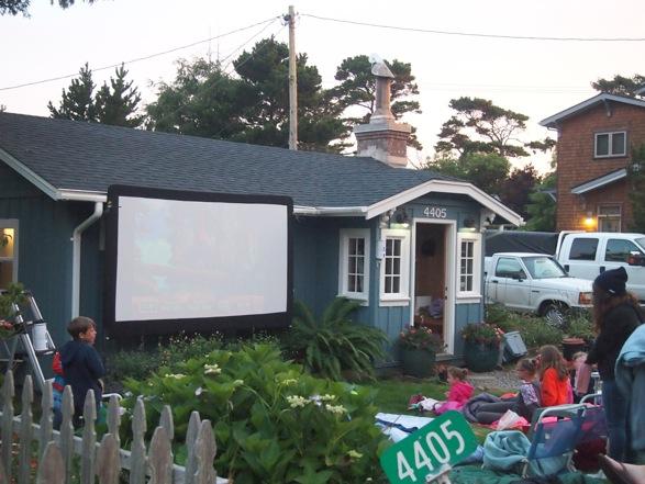 海辺の街で向かえた7月4日。2軒となりの家でナイトムービー。酔っぱらって見逃してまった。