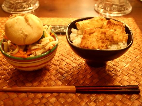 とうふ丼と大根サラダにプチパンのっけ。ダイナミックなのこりものナイト。