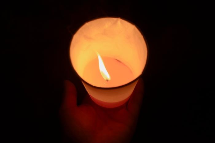 7.21.14に明治公園で行われた【STOP!空爆 ガザの命を守りたい キャンドルアクション】。弱い風が吹く中、灯が消えないように、そっと手で覆う、手の平の中の灯が一つの尊いかけがえのないいのちのように感じた