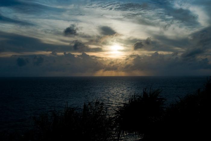 日本の一番西のはて、一番遅くに沈む夕日をしばらく眺めた。雲の向こうには台湾がある