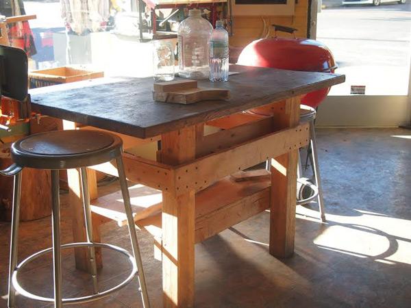 ポートランドの鍛冶屋さん。包丁つくる現場よりも、この「とりあえず作った自分たちのための机」という感じにひかれた。