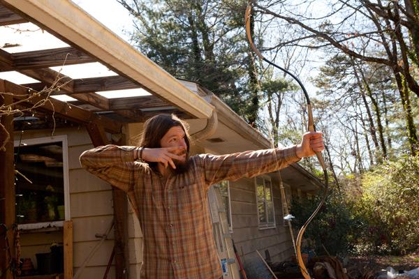 庭で弓矢の練習を行うマット。