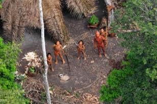 One of the world's last uncontacted tribes. © Gleison Miranda/FUNAI/ www.uncontactedtribes.org ブラジルのアマゾンに独立して生息するUncontactedTribe。世界で100部族ほどの生息しているUncontactedTribeはメインストリームの社会から独立し、環境と調和しながら平和に生息しているが、現代人が介入すると伝染病で半分の民族が死亡してしまう例もまれではなく、現代社会による侵略後の存続は皆無とされているが、違法の密林者や大手石油会社により彼らの森林は介入され生息を危うんでいると、世界中のアクティビストがその保護を訴えている。